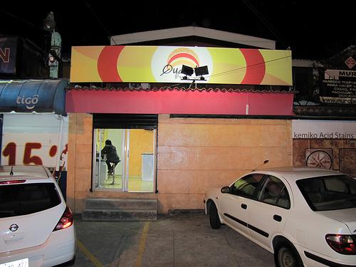 Queco's Burger - La fachada...